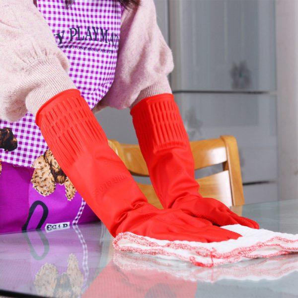 чистка стекла в резиновых перчатках