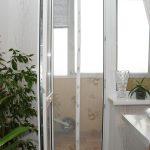 Сетка от москитов на дверном проёме балкона