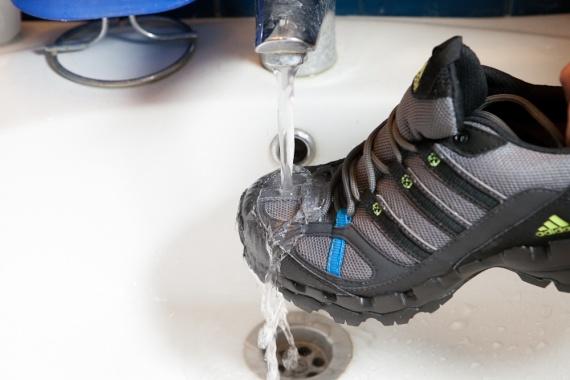Кроссовка под струёй воды