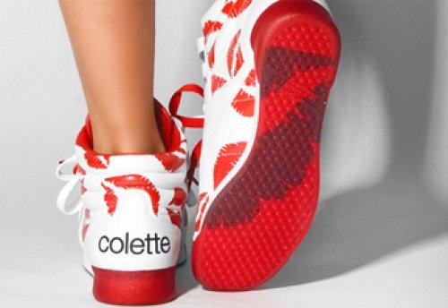Ноги девушки в кроссовках с красной подошвой