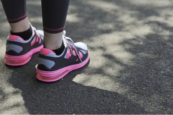 Ноги в чёрно-розовых кроссовках
