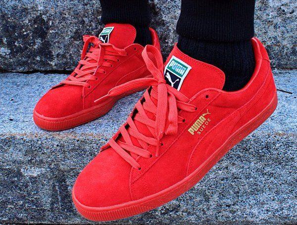 Ноги в чёрных носках и красных замшевых кедах Пума