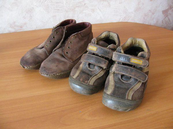 Две пары старых ботинок