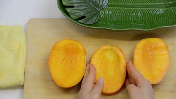 Освобождаем манго от косточки