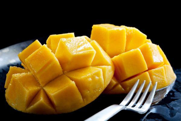 Подача манго на стол