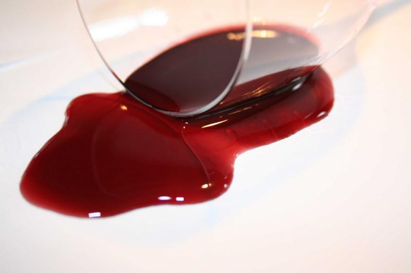 След от красного вина