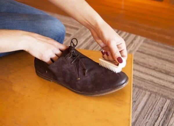 Мужские туфли из велюра чистят щёткой