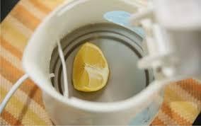 Чистим электрический чайник используя лимон