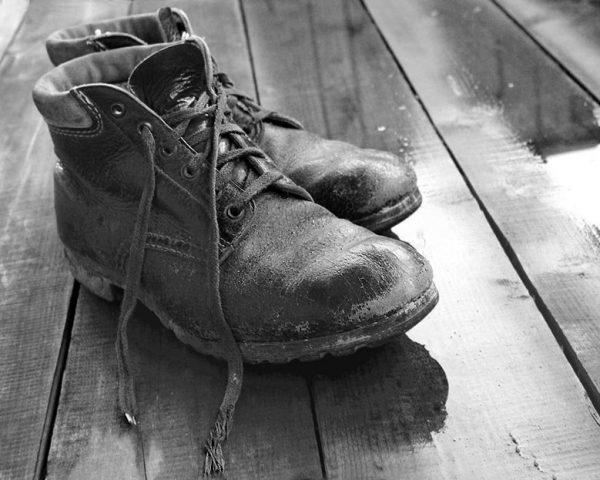 Старые ботинки, скрипящие при ходьбе