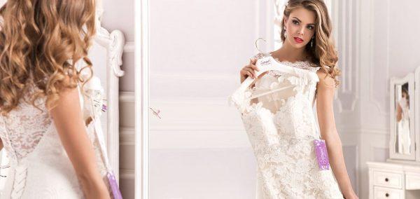Девушка, примеряющая свадебное платье