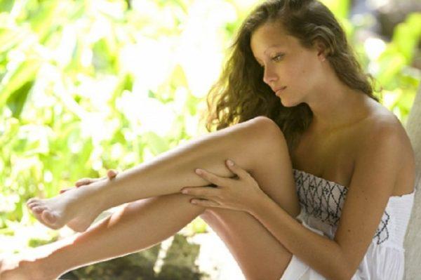 Девушка, рассматривающая ноги