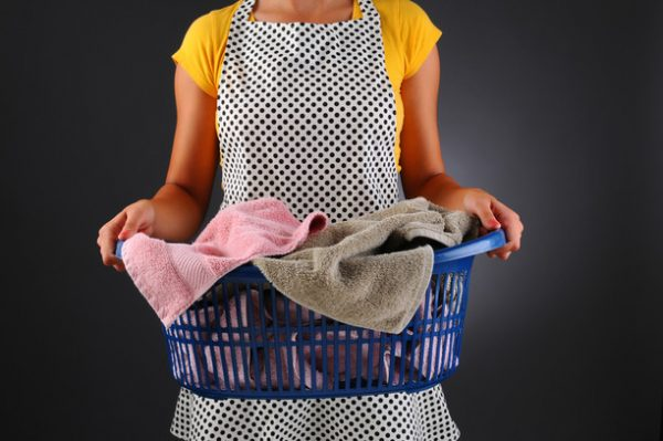 Девушка с корзиной, из которой свисают полотенца