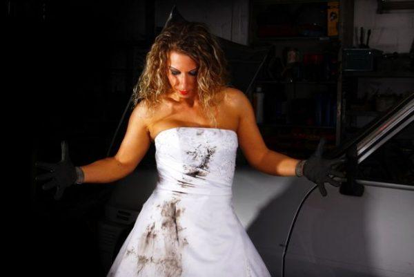 Девушка в грязном свадебном платье