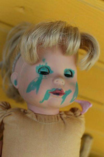 Кукла, испачканная зелёнкой