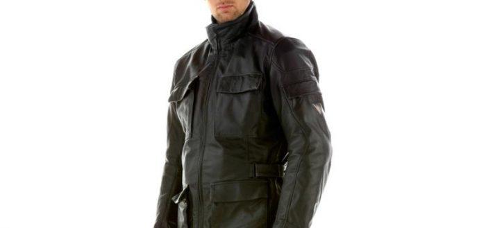Мужчина в черной кожаной куртке