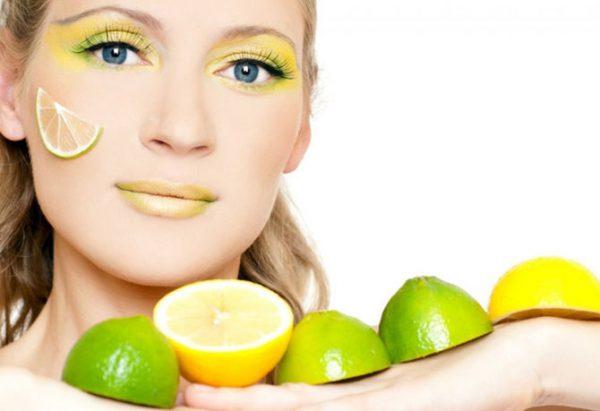 кусочек лимона на коже щеки у девушки