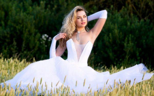 Невеста, сидящая на траве