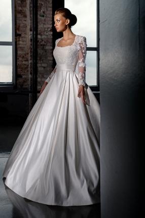 Невеста в атласном свадебном наряде