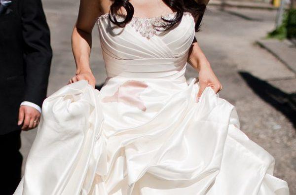 Невеста в свадебном платье, выпачканном вином