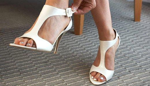 Ножки в белых босоножках с Т-образной застёжкой
