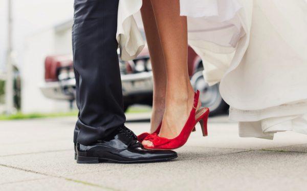 Ноги мужчины и женщины, стоящей на них