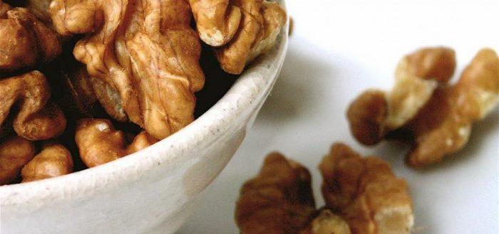 Очищенные грецкие орехи в миске