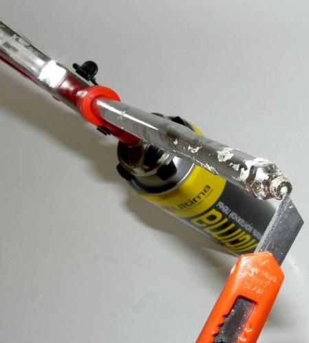 Пистолет для монтажной пены и канцелярский нож