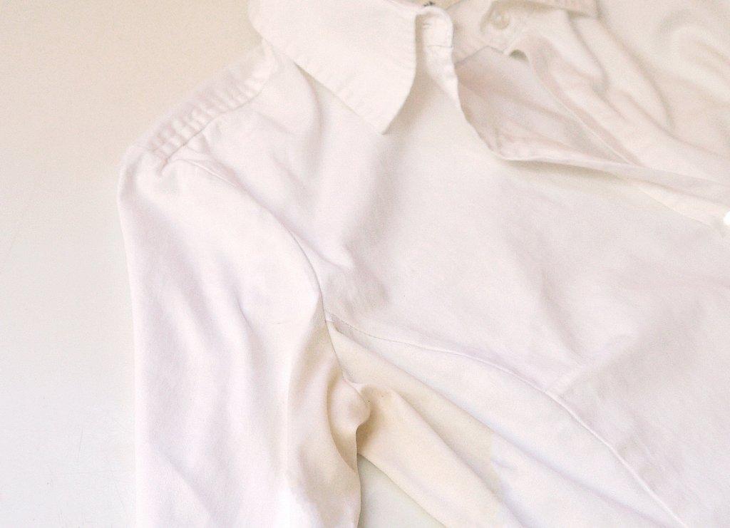 Желтые подмышки на белой рубашке