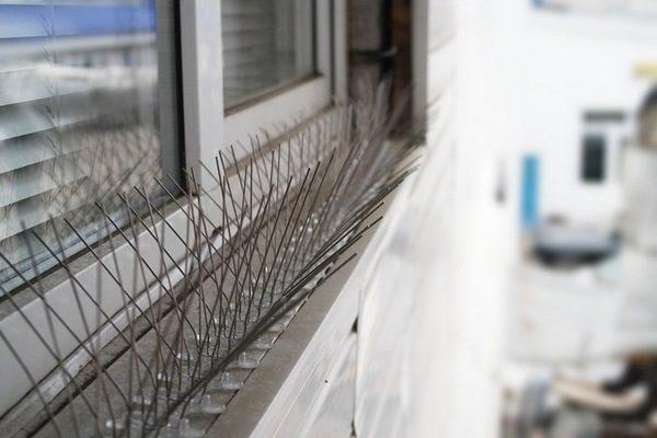 Шипованная лента на перилах балкона