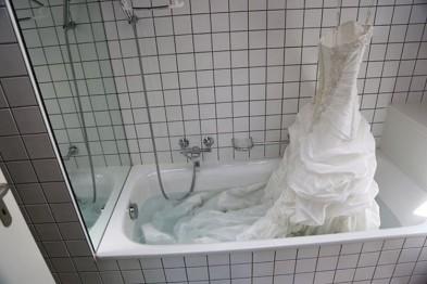 Свадебное платье, висящее над ванной