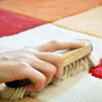 чистить ковёр щёткой