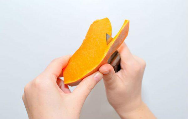 Чистка тыквы с помощью ножа