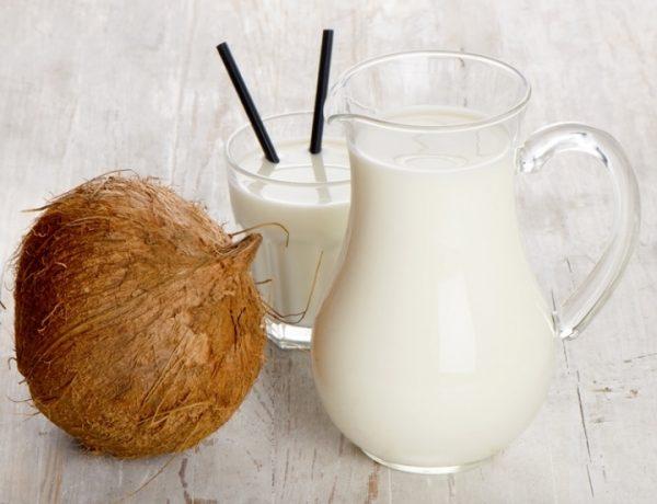 Кокос и молоко в стакане и кувшине