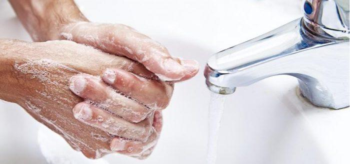 Мыть руки с мылом в раковине