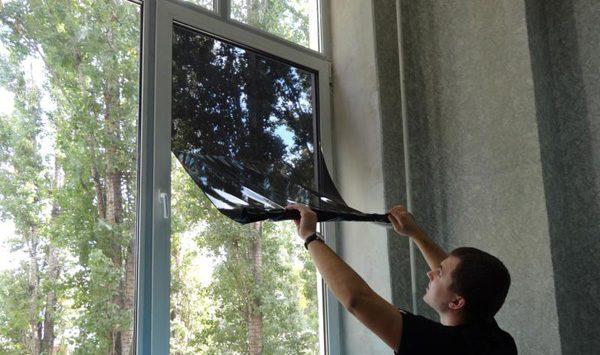 Нанесение солнцезащитной плёнки на окно