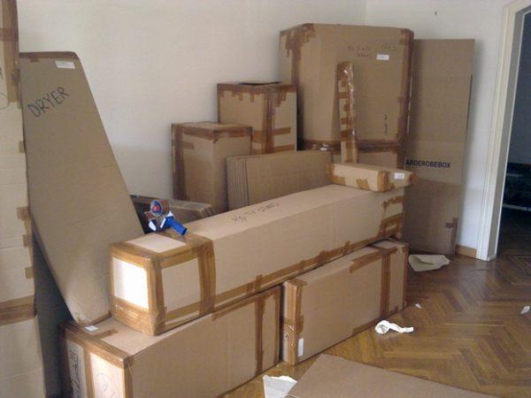 Новая мебель, привезенная в дом