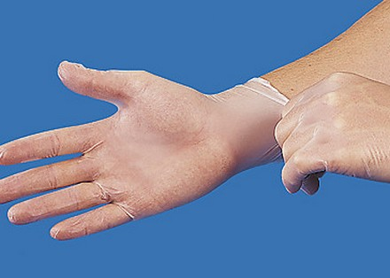 Руки в медицинских перчатках