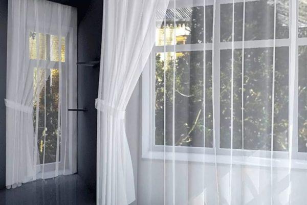 Окно с отбеленной занавеской