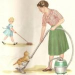 Женщина пылесосит в комнате с ребенком и играет с кошкой