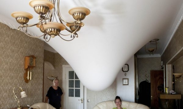 Матовый натяжной потолок с водой
