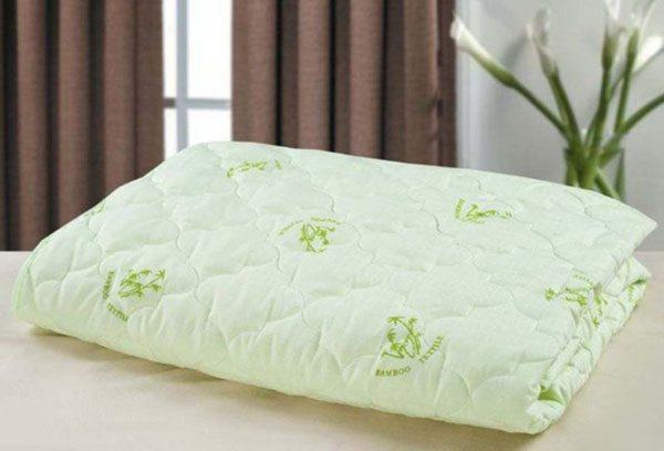 Бамбуковое одеяло на кровати