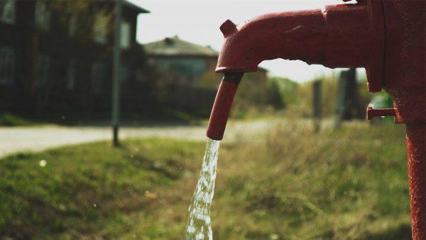 Из колонки на улице бежит вода
