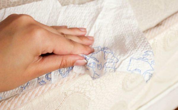 Промакивание пятна на матрасе бумажным полотенцем