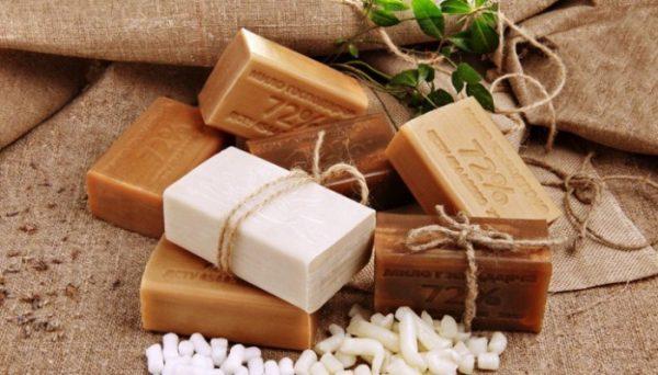 Куски хозяйственного мыла, перевязанные бечёвками