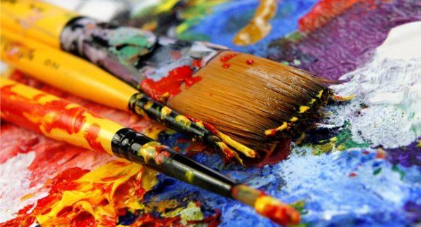 Масляные краски на листе с кляксами и кисточки