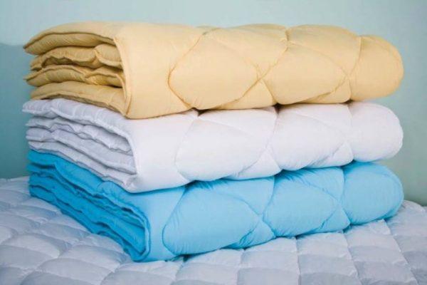 Три одеяла лежат стопочкой
