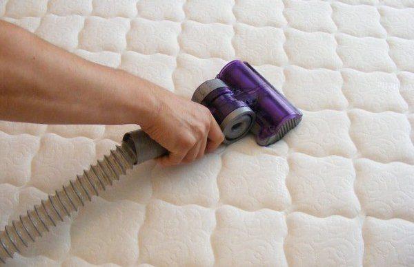 Парогенератором чистят ватное белое одеяло