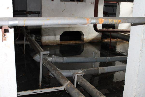 Протечка труб канализации в многоэтажном доме