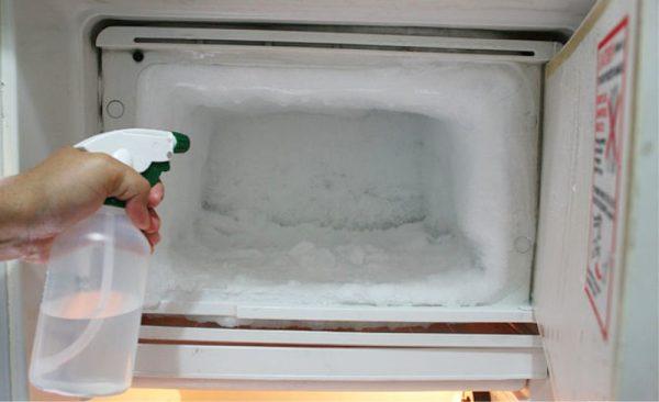 Опрыскивание морозилки при помощи пульверизатора