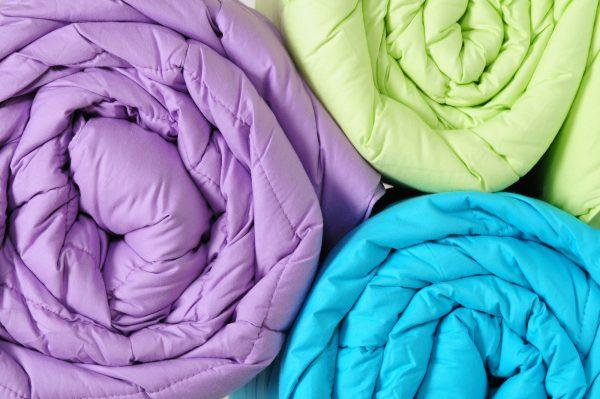 Три одеяла, свёрнутых рулонами